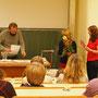 Eine Kollegin nimmt den Lehrerpreis stellvertretend für Annett Riede entgegen.