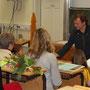Ronald Bellstedt überreicht Urkunde und Geldpreis an die Grundschule Siebleben.