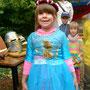Ein Mädchen als stolze Prinzessin ...