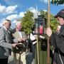Der Bürgermeister und Herr Daetz übergeben Gastgeschenke