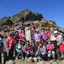 「安達太良山」山上到着。青空の下、全員で記念撮影。みんないい笑顔です。