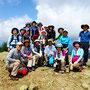 山頂で記念撮影。おつかれさまでした。みんないい笑顔です♪♪
