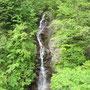 落差約35mの三頭大滝。新緑もきれいでした!