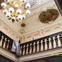 Ausbesserung und Retuschen an Stuckelementen der reich verzierten neobarocken Decke