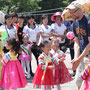 外国人観光客を相手にはしゃぐ子どもたち=平壌市内、2018年6月1日