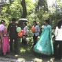 結婚式の準備をする男女=平壌近郊、2018年6月3日