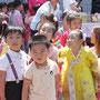 カメラを前におどける子どもたち=平壌市内、2018年6月1日