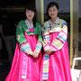 お土産店で働く女性=北朝鮮南部ケソン市、2018年6月3日