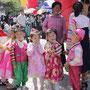 伝統衣装で着飾った子どもたち=平壌市内、2018年6月1日