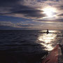 どこまでも漕いで行きたくなる空。とは言っても、野付湾は天然の防波堤である野付半島に守られた海域。湖以上に静かな水面が広がっている。外洋に出れば、北方領土がすぐそこに。<野付湾>