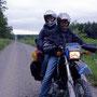 北海道ならではの直線ダート。650ccの排気量にものを言わせて、二人乗りフルパッキングのまま高速でぶっ飛ばす。後ろのふーすけは全然怖がらないどころか、たまに居眠り…。<道東>