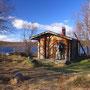 無人の山小屋は無料で利用できる。薪小屋の薪をオノで割り、薪ストーブで暖を取る。歩く人間も少ないので、この日は独占。まるで夢の山小屋生活だ。水は湖から汲んで直接飲める。<Sevettijarvi-FINLAND>