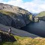 登山道もない山を登って、湖を見下ろす。夕方近くになってやっと晴れ。その時間を無駄なく使う。結局この日は三時間ほどしか晴れていなかったが、それだけでもかけがえのない一日となった。<Lofoten-NORWEY>