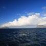 島から島へと伸びる雲。僕も島から島へと渡る。ロフォーテンの離れ島、Vaeroyが近づいてきた。船旅には不思議な昂ぶりを感じる。そして島もその姿が奇怪であればあるほど、心が騒ぐ。<Lofoten-NORWEY>