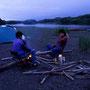 川旅の面白さは、川を下っていくという行為はもちろん、中州や川原で野宿ができることだ。しかも川からでないと上陸できない場所にテントが張れる。荒らされていない自然を見ることができる。<釧路川>