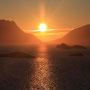 真夜中の太陽。一日中太陽が沈まない白夜でも、ロフォーテンは山がそそり立つ島であるため、夜中の時間帯は太陽が隠れていることが多い。これは左の山から右の山へと移動していく途中。<Lofoten-NORWEY>
