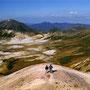 マーブルアイスみたいな小山に立つ。御鉢平一周コースは、日本の山に対する概念を変えてくれる。その広大さ。その美しさ。そしていったん登りきってしまえば、後は比較的勾配がなく、楽に歩けること。<大雪山>