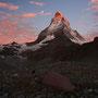 いよいよ山頂に日が当たり、染まり始めるとき。これからわずか二十分ほどのうちに、一日の中で最も劇的な変化が起こる。それは神の存在というものを、どうしても考えてしまう時間でもある。<Matterhorn-SCHWEIZ>