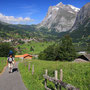 これぞスイスのトレッキング! 見上げる岩山と、見下ろす集落。厳しさと柔らかさの対比がいい。背後は日本人にも人気の超有名観光地グリンデルワルト。だがこの道を歩く日本人はごく少数。<Berner-Oberland-SCHWEIZ>