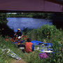 橋の下で折畳式のカヌーを組み立てる。フォールディング・カヤックという主に旅用のカヌーだ。持ち主のタガメはアルミ製フレーム。僕が借りたのは木製フレーム。二十分くらいで完成する。<風蓮川>