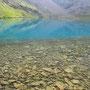 セルリアンブルーの水をたたえる LAC DES LAURES。標高は2545m。このエリアにはいくつもの美しい湖が点在している。<モント・エミリウス周辺/アオスタ――イタリア>