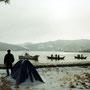 朝、テントを出ると冬景色。目の前では漁師たちが、まるで僕を気にもせずに漁をしていた。                      日本はのどかで、野宿旅のしやすい国であった。                                  天橋立周辺 京都