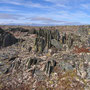 不思議なモニュメントが山頂を埋め尽くすように広がっている。一塊ずつの岩は小さいが、それが無数にあると感動するしかない。こんな奇妙な景色はここでしか見たことがない。<Berlevag-NORWEY>