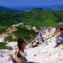 高低差百メートル以上! 急斜面のガレ場を駆け下りて、洞窟と湖を目指す。ここからの眺望は北海道屈指の絶景。ニセコの森と谷が眼下に、日本海と積丹半島が遠くに望める。<イワオヌプリ>