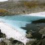 水中の雪渓が見える不思議な池。訪れる人もなく、神秘的な静寂に包まれていた。この周辺はもう完全に人間の俗世とは隔絶した、神々の遊びし世界である。<大雪山トムラウシ周辺>