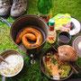 キャンプ場での夕食はこんな感じ。パンはそのうち米に変ったが。山に登っている間はサラダなど食べられないので、平地にいるときにたくさん食べておく。<スイスのキャンプ場にて>