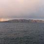 低く垂れ込めた雲から、虹の橋が降りている。こんな光景が見たくて、北極圏にやってきた。望んだとおりの一瞬が見られたことに、神に感謝。<ノルウェー沿海を就航するフェリーから-NORWEY>