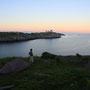 水平線の彼方に桃色の帯が浮かび上がる、午前一時の光景。薄明の時間帯、静寂の世界。こんなふうに港町の外れで一晩を過ごした旅人は、僕だけではないかもしれない。<Lofoten-NORWEY>