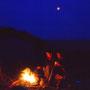 満月の下で焚火をする。流木は海岸に拾いきれないほど落ちている。炎を見つめて酒を飲めば、まるで原始の記憶が蘇ってくるようだ。<天売島>