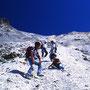 白く眩しいガレ場を降りていくのは、実に楽しい! もちろん正規の登山コースではない。時に旅は探検であり、冒険的である。決められた道を外れてみるのも、人生の選択の一つだ。<イワオヌプリ>