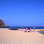 島の砂浜は最高のテント地だった。昼間でも人の姿がほとんどなく、日が暮れれば自分たちだけのもの。ちょっとした食料の買い出しや風呂にも、カヤックに乗って行けたのがいい。<奥尻島>
