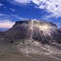 溶岩ドームを中心に、ぐるりと外輪山を巡る。残念ながら、魅力あふれる溶岩ドームは登山禁止。<樽前山>