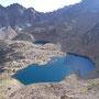 命懸けでガレ場を登り、眼下に見た湖。人を寄せ付けない風景とは、こういうことか。<モント・エミリウス周辺/アオスタ――イタリア>
