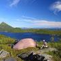 ロフォーテンの素晴らしさは海沿いの景色だけではない。山に登れば、さらに美しい景色がある。こんな場所に野宿できるのは、旅人にとって最高の幸せだ。つまりここは最高の島だと言える。<Lofoten-NORWEY>