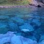 透明度日本一を誇る積丹の海。当時は垂直透明度25メートルあったが、一周道路が完成した現在はどうだろうか? 海中の白い岩の堆積が、ちょっと怖いほどの美しさを強調している。<積丹半島>