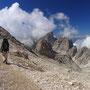 湧き起こる雲が、岩山を隠しては、また消えていく。どれほどの量の雲がここから生まれ、飛び立っていったのか。<ローゼンガーテン/ドロミテ――イタリア>