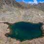 深いグリーンの水をたたえた湖の姿は、少々恐ろしげな印象さえ抱かせる。人はこんな場所にまで訪れていいのだろうか? 畏怖さえ覚えてしまう、登山道もないこの一帯。足元には可憐な花々が。<Aosta-ITALIA>