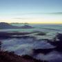 足元にゆっくりと打ち寄せてくる雲海の波。まさしく地球の胎動を感じられる神秘的な光景。日が昇ってくると、波頭は金や朱に染まり、一段と美しくなった。<摩周岳>