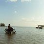 バイクで海を渡って、島から島へ。そんな嘘みたいなことができる場所。                               もちろんこんなことをした後には、しっかりと洗車しなければ錆びてしまうのだけど。             由布島と西表島の間 沖縄