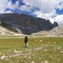 岩の砦に囲まれた、まっ平らな草原を行く。ああ、大地放浪…<ローゼンガーテン/ドロミテ――イタリア>