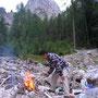 焚火で作る食事は最高においしい。まずは焚火をさっと起こせるようでなければ、旅人を語ってはならぬ。<セクステナー/ドロミテ――イタリア>