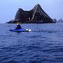 秘境、西ノ河原にカヤックで向かう。手前の岩は『窓岩』。あまりにもありきたりで退屈な名前のため、『一つ目猫岩』と勝手に命名。玄武岩の見事な柱状節理が見られる小島だ。<積丹半島>