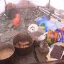 テント前室の眺め。広い前室は快適な調理場だ。三年前の教訓で、食料は常に充分に持っている。常識となっている乾燥食料などは持たない。重いのは体力でカバー。見よ、酒もお菓子も充分だ。<Matterhorn-SCHWEIZ>