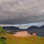 圧迫してくる雲は何かの天変地異かと思えてしまう。青空に突然流れてきて、そして去っていった。ロフォーテンは天気の変わり具合がとても激しい。海と山とが複雑に入り組んだ地形であるためだ。<Lofoten-NORWEY>