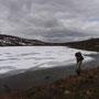 凍えた湖は、灰色の空の下で陰鬱な表情に沈んでいた。誰とも行きかうことのない広大な湿地帯。ロマンよりも悲壮感のほうが膨らんでしまいそうな北極圏の大地。<Sevettijarvi-FINLAND>