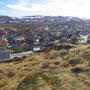 こうして眺めると、集落外はすぐに荒涼とした大地が広がっていることが分かる。家々のペイントは、厳しい環境の中で少しでも明るく生きていくための工夫だろうか。<Berlevag-NORWEY>
